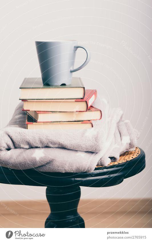 Ein paar Bücher mit Tasse Kaffee und Decke auf Holzstuhl Becher Lifestyle Erholung Freizeit & Hobby lesen Stuhl Buch genießen Geborgenheit bequem gemütlich