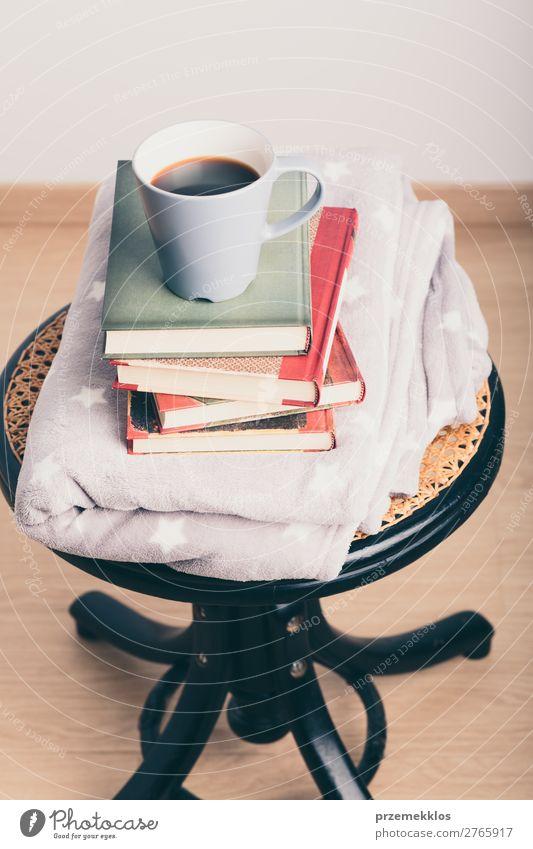 Ein paar Bücher mit Tasse Kaffee und Decke auf Holzstuhl Becher Lifestyle Erholung Freizeit & Hobby lesen Stuhl Buch genießen braun Geborgenheit bequem