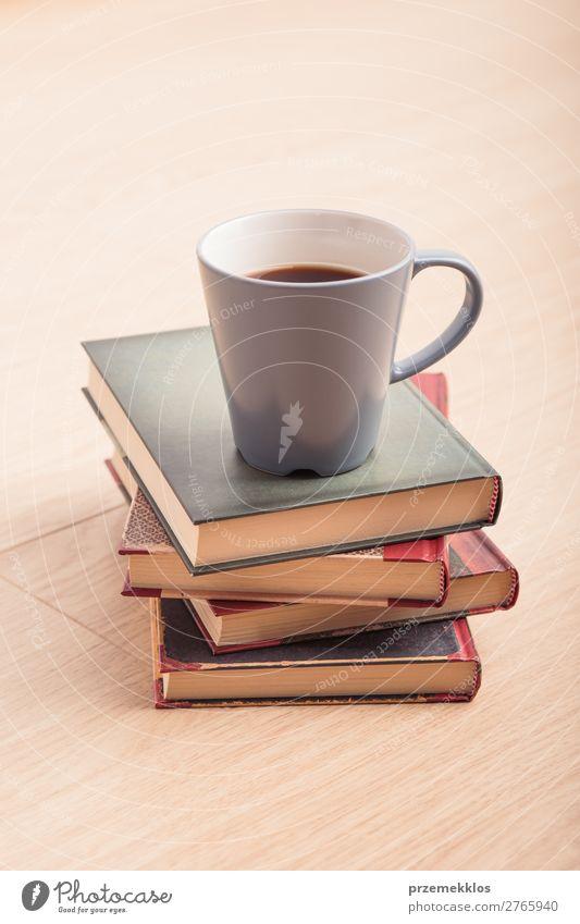 Ein paar Bücher mit einer Tasse Kaffee auf Holzboden Becher Lifestyle Erholung Freizeit & Hobby lesen Stuhl Tisch Buch genießen Geborgenheit bequem gemütlich