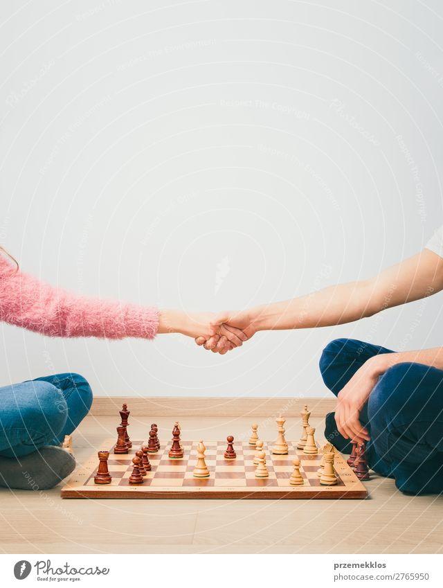Das Schachspiel ist vorbei. Lifestyle Freizeit & Hobby Spielen Erfolg Mensch Junge Frau Erwachsene Mann Hand genießen klug schwarz weiß Tatkraft attackieren