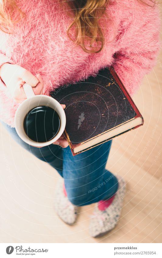 Mädchen mit Buch und Tasse Kaffee zum Entspannen mit einem Buch Lifestyle Erholung Freizeit & Hobby lesen Kind Mensch Frau Erwachsene Wärme blond genießen rosa