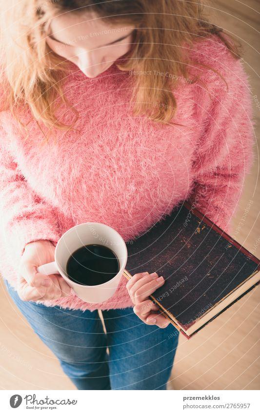 Ich genieße das Lesen eines Buches. Kaffee Lifestyle Erholung Freizeit & Hobby lesen Kind Mensch Frau Erwachsene Wärme blond genießen rosa rot Geborgenheit