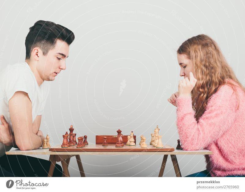 Mädchen und Junge spielen zu Hause Schach Lifestyle Freizeit & Hobby Spielen Erfolg Mensch Frau Erwachsene Mann genießen klug schwarz weiß Tatkraft