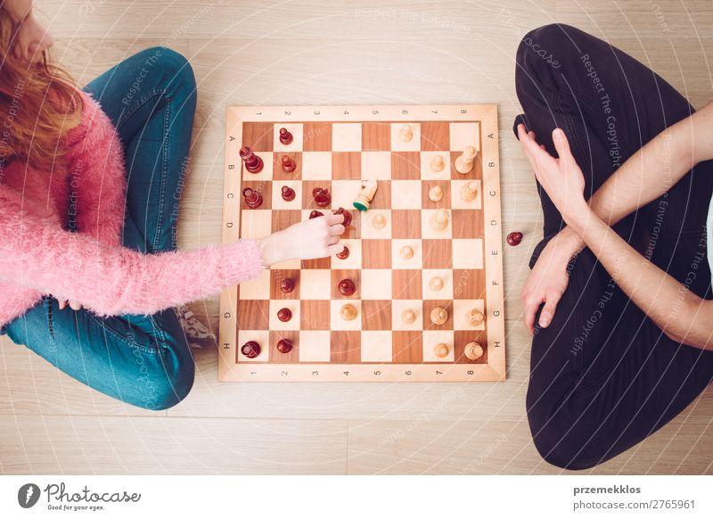 Mädchen und Junge spielen zu Hause Schach. Lifestyle Freizeit & Hobby Spielen Erfolg Mensch Frau Erwachsene Mann genießen klug schwarz weiß Tatkraft
