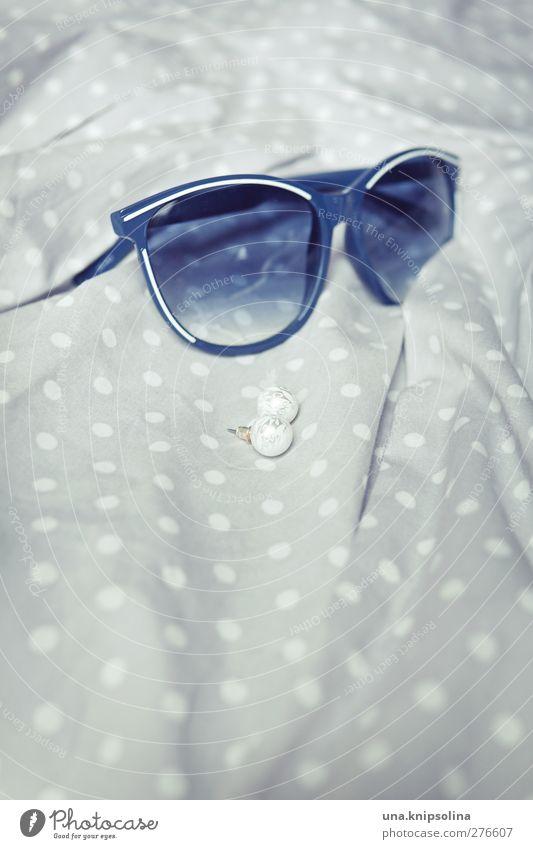 accessoires Mode Kleid Accessoire Schmuck Ohrringe Sonnenbrille ästhetisch elegant retro blau grau weiß gepunktet Perle Farbfoto Gedeckte Farben Innenaufnahme