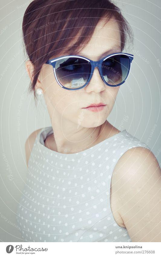50er Stil Design schön feminin Junge Frau Jugendliche Erwachsene 1 Mensch 18-30 Jahre Mode Kleid Accessoire Ohrringe Sonnenbrille brünett Pony authentisch