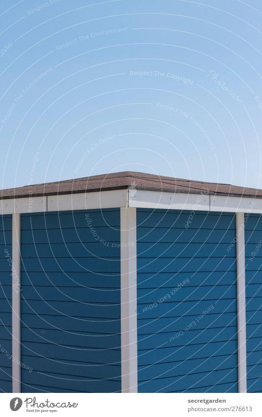 hüttenromantik. Wolkenloser Himmel Sommer Schönes Wetter Hütte Bauwerk Gebäude Fassade Dach blau weiß Hüttenferien Ecke Spitze Holzwand Holzhaus Holzstruktur