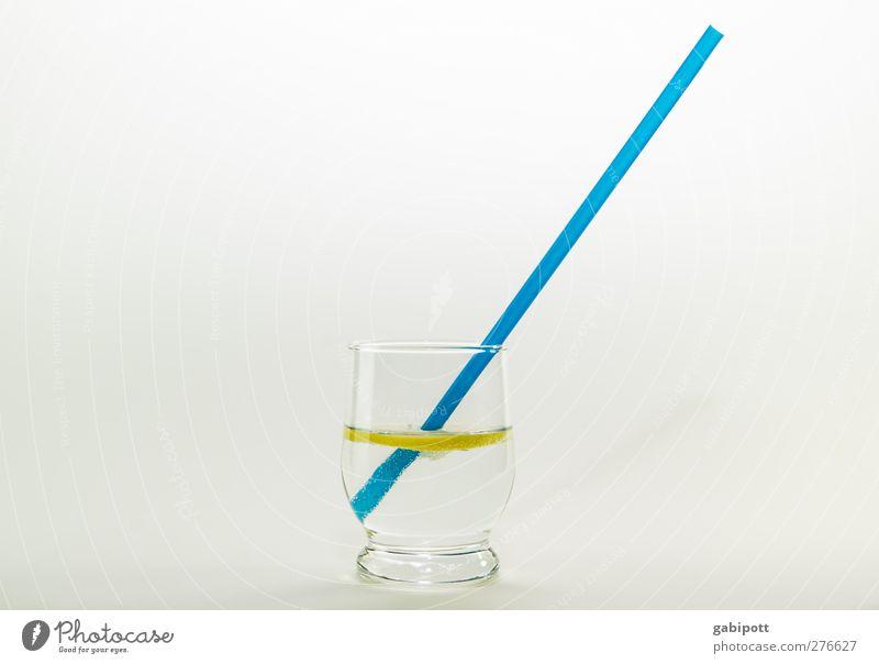 viel Wasser trinken Zitrone Getränk Erfrischungsgetränk Trinkwasser Longdrink Cocktail Glas Trinkhalm Gesundheit lecker positiv saftig blau gelb Durst