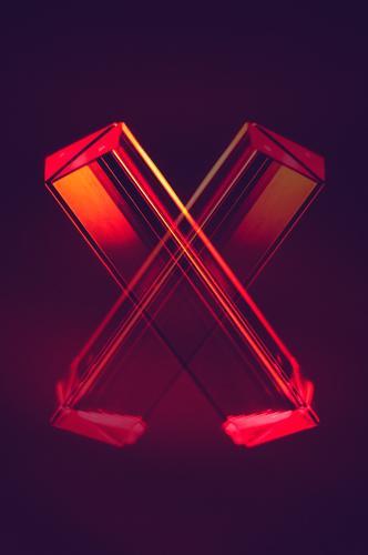 Prisma Laser Sci-fi Hintergrund als Buchstabe X Außerirdischer Computer Glas Hintergrundbild Informationstechnologie Kristallstrukturen Licht Makroaufnahme