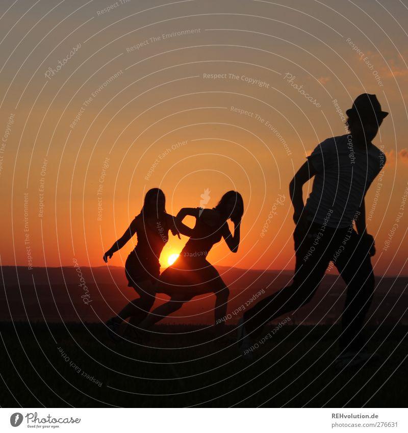 """""""Die Flucht beginnt"""" Mensch Jugendliche Freude Erwachsene feminin Leben Bewegung Freundschaft orange 18-30 Jahre Freizeit & Hobby laufen maskulin frei Coolness"""