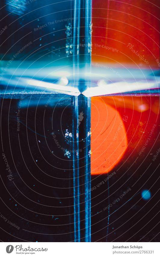 Makro christliches Kreuz aus Prisma blau rot schwarz Hintergrundbild Tod retro leuchten Glas Zukunft Ostern Symbole & Metaphern Futurismus Christliches Kreuz