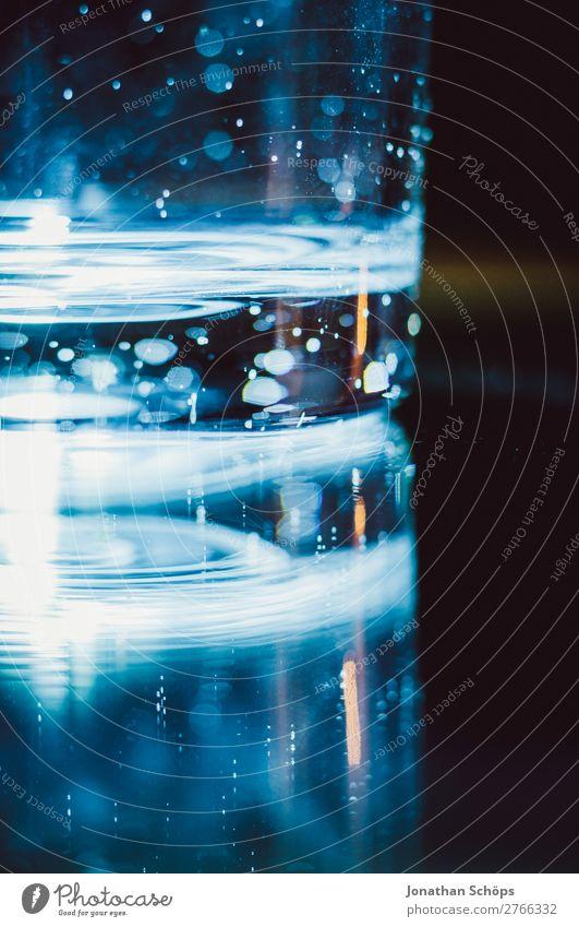 Wasserglas vor dunklem Hintergrund blau rot schwarz Hintergrundbild retro leuchten Technik & Technologie Glas Zukunft Weltall Futurismus Informationstechnologie