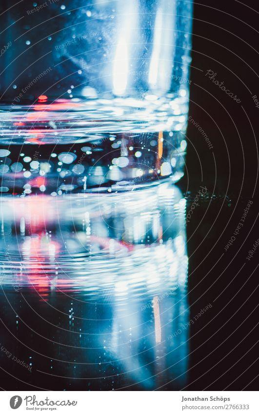 Wasserglas mit rotem Laser vor dunklem Hintergrund blau schwarz Hintergrundbild retro leuchten Technik & Technologie Glas Zukunft Weltall Futurismus