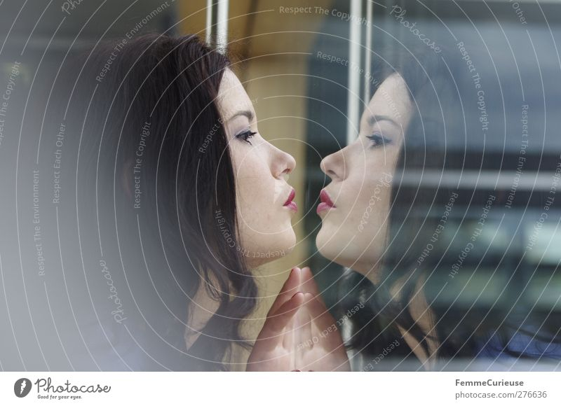 Selbstverliebt. Mensch Frau Jugendliche Himmel (Jenseits) Erwachsene feminin Junge Frau 18-30 Jahre Kommunizieren einzigartig Lippen Kontakt Bild nah Vertrauen
