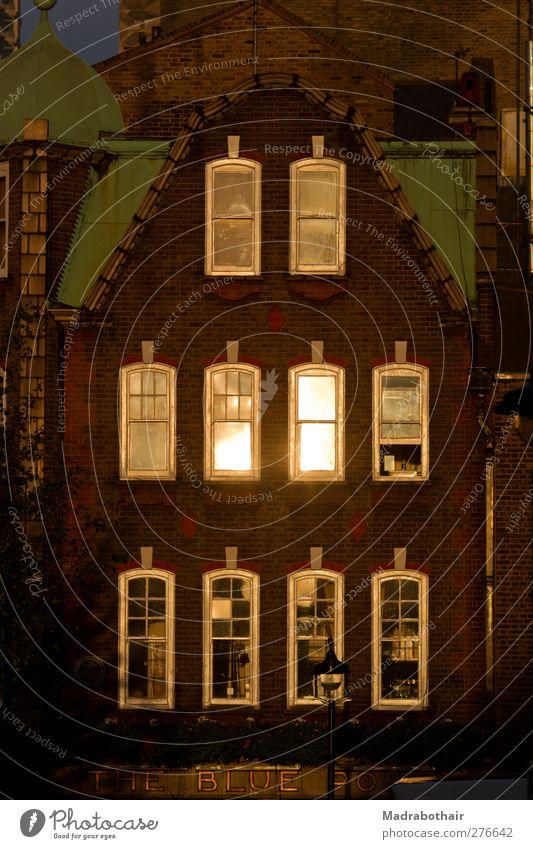 Front eines alten Hauses in London Stadt Fenster Architektur Fassade Europa leuchten Häusliches Leben Wandel & Veränderung historisch Vergangenheit Stadtzentrum