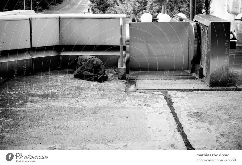 HILFSBEDÜRFTIG Mensch maskulin Mann Erwachsene Körper Stadt Mauer Wand frieren Armut dunkel kalt trist Stimmung Mitgefühl Hilfsbereitschaft Wahrheit Traurigkeit