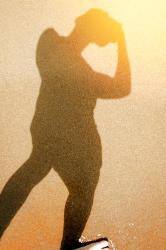 sunnyboy Körper Ferien & Urlaub & Reisen Sommerurlaub Strand maskulin 1 Mensch Sand Fotokamera Schwimmen & Baden gehen braun gelb Außenaufnahme Experiment Tag