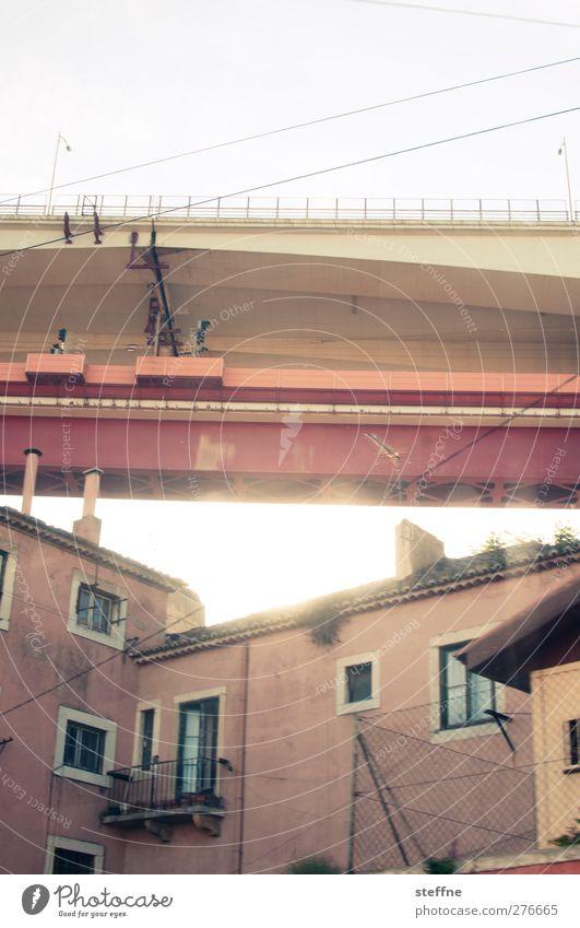 under the bridge Stadt Haus Wand Mauer außergewöhnlich Brücke Lissabon