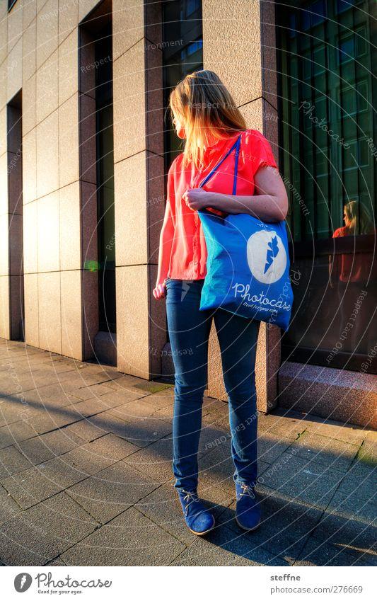 Das Modell Lifestyle kaufen elegant Stil Design Düsseldorf Stadtzentrum Hochhaus trendy Merchandise photocase schleichwerbung Tasche Laufsteg Farbfoto
