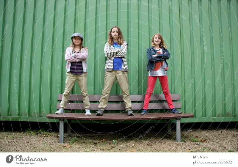 wieso, weshalb ,warum ? Mensch Kind Mädchen Mode Freundschaft Kindheit Fassade stehen Lifestyle Coolness Körperhaltung Mütze 8-13 Jahre frech selbstbewußt