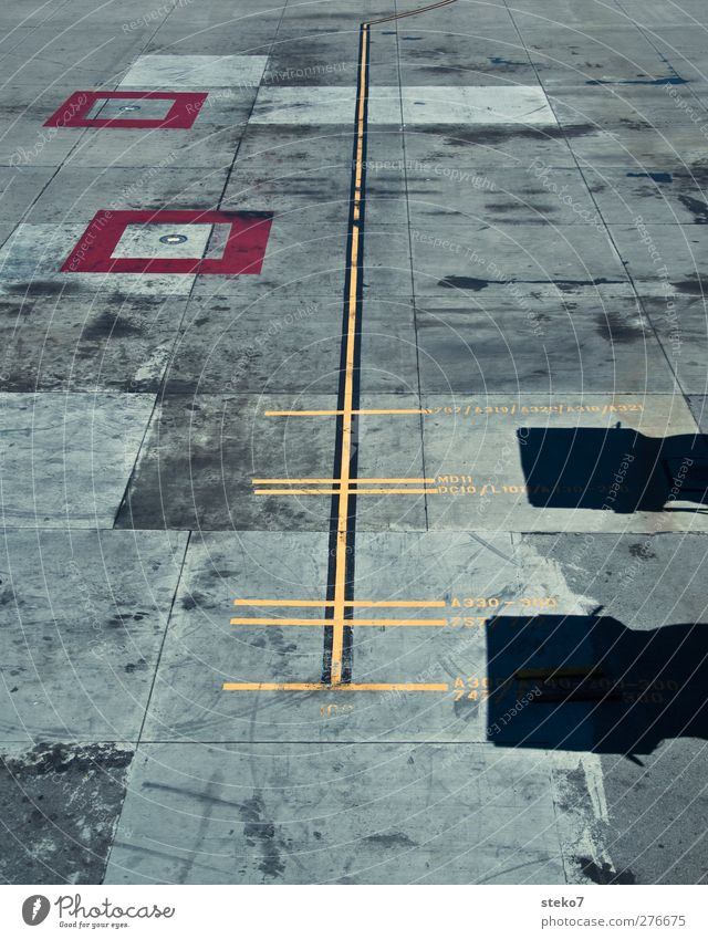 Längenvergleich Flugplatz Landebahn Stadt gelb grau rot Linie Stellplatz Markierungslinie Schilder & Markierungen Beton Größenunterschied Flugzeug vergleichen
