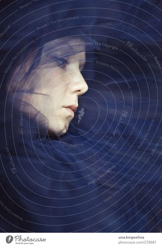 versunken II Mensch Frau Jugendliche blau schön Erwachsene Gesicht dunkel feminin Gefühle Junge Frau Kopf Traurigkeit Mode träumen Stimmung