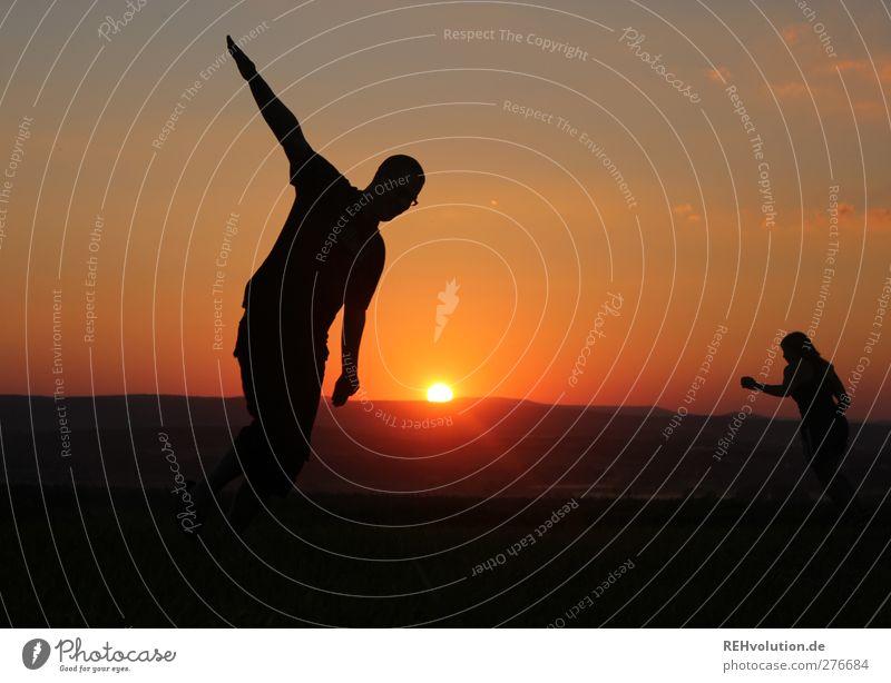"""""""Hör zu mein Flieger ..."""" Mensch maskulin Freundschaft Jugendliche 2 18-30 Jahre Erwachsene Bewegung laufen rennen Tanzen sportlich orange Stimmung Freude Glück"""