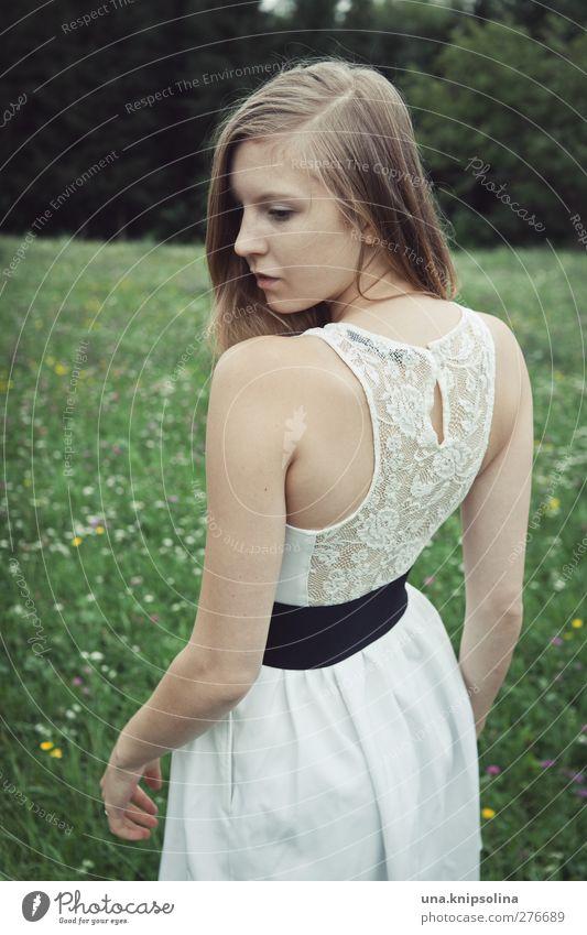 entzückender rücken Mensch Frau Jugendliche weiß schön Erwachsene Wald Landschaft Wiese feminin Junge Frau Haare & Frisuren Stil Denken Mode träumen