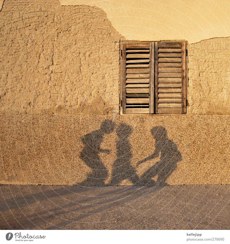 christiano, lionel und mesut Freizeit & Hobby Spielen Haus Mensch Junge 3 Fensterladen Fassade Putzfassade Kinderspiel Farbfoto Außenaufnahme Licht Schatten
