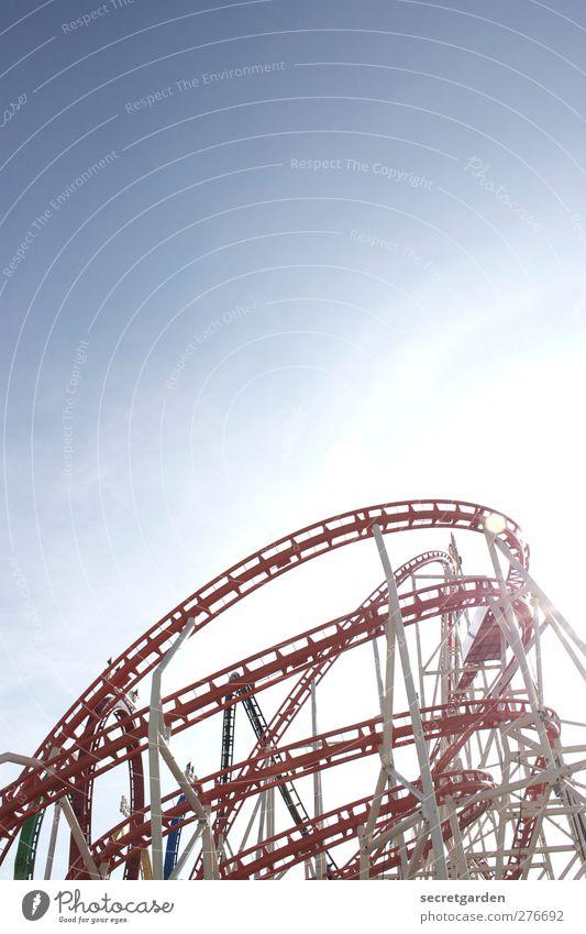 höhenflug! Hamburger Dom Sehenswürdigkeit hell blau rot weiß Jahrmarkt Achterbahn Farbfoto Gedeckte Farben Menschenleer Textfreiraum oben Sonnenlicht Gegenlicht