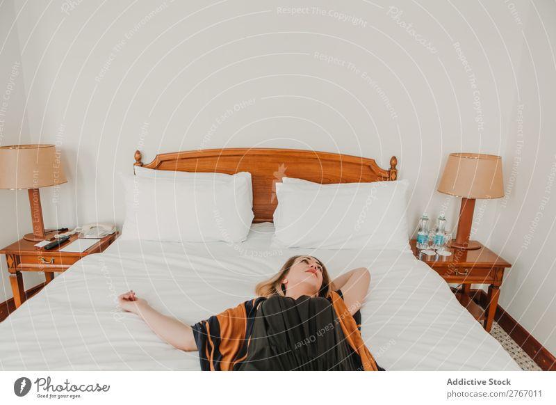 Frau entspannt sich im Bett im Hotel lügen ruhen hübsch Raum Schlafzimmer heimwärts Innenarchitektur Möbel Wohnung Design bequem Geborgenheit Zeitgenosse Stil