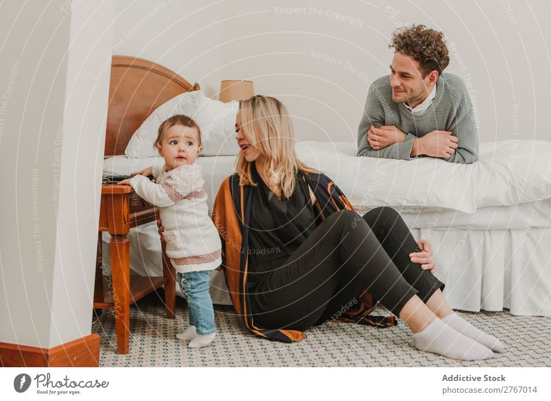 Fröhliches Paar mit Kind auf dem Rücken Familie & Verwandtschaft Mutter Vater Spielen heiter Mensch Hotel Raum Schlafzimmer heimwärts Innenarchitektur Möbel