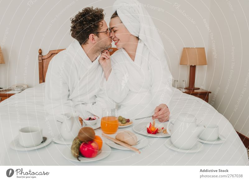 Paar beim Frühstück im Hotel Essen Zusammensein Zimmerservice Bademantel Raum Schlafzimmer heimwärts Innenarchitektur Möbel Wohnung Design bequem Geborgenheit