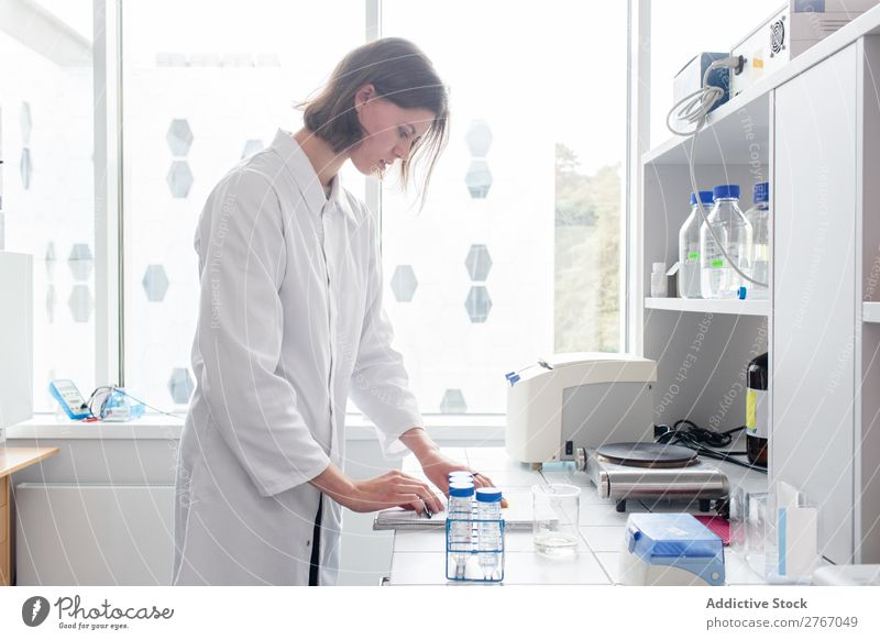 Frau, die im Labor arbeitet Arbeit & Erwerbstätigkeit Wissenschaften Mensch forschen Wissenschaftler Medikament Chemie Technik & Technologie Chemiker Arzt