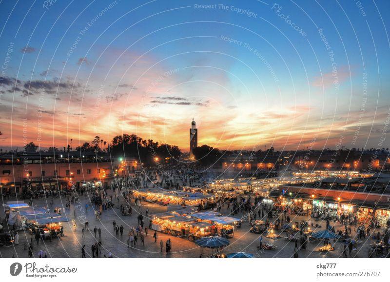 Djeema el fna am Abend Städtereise Stadt Stadtzentrum bevölkert Haus Kirche Marktplatz Turm Sehenswürdigkeit Gefühle Marokko djeema el fna Abendstimmung