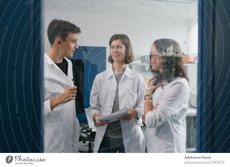 Mitarbeiter kommunizieren im Labor Arbeit & Erwerbstätigkeit Wissenschaften Mann Frau forschen Wissenschaftler Mensch Medikament Chemie Technik & Technologie