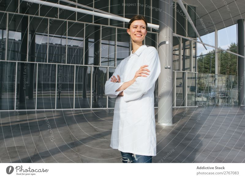Frau in Weiß im modernen Gebäude Labor Arbeit & Erwerbstätigkeit Wissenschaften Zeitgenosse Mensch forschen Wissenschaftler Medikament Chemie