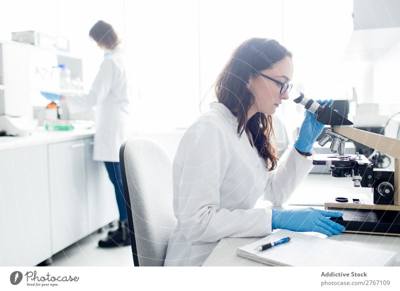 Frau beim Betrachten des Mikroskops Labor Arbeit & Erwerbstätigkeit Wissenschaften beobachten Mensch forschen Wissenschaftler Medikament Chemie