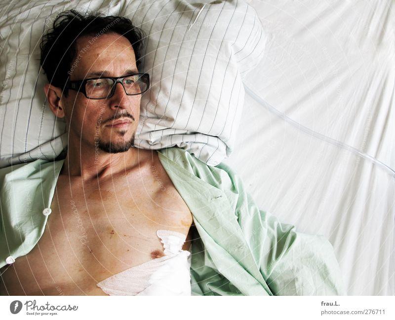 Der Patient Mensch Mann ruhig Erwachsene Leben Gesundheit außergewöhnlich Gesundheitswesen liegen nachdenklich 45-60 Jahre einzeln Brille Bettwäsche Krankheit Sorge