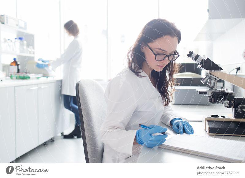Junge Frauen, die im Labor arbeiten Arbeit & Erwerbstätigkeit Wissenschaften Musiknoten nehmen Mensch forschen Wissenschaftler Medikament Chemie