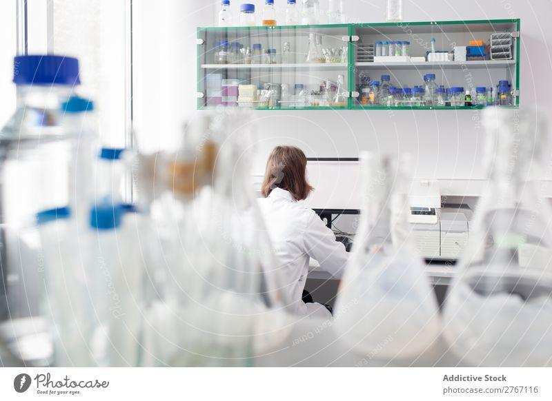 Biologin im Labor tätig Arbeit & Erwerbstätigkeit Wissenschaften Frau Reagenzglas liquide Gießen Putten Mensch forschen Wissenschaftler Medikament Chemie