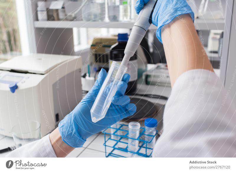 Arbeiter bringt Flüssigkeit in das Reagenzglas Labor Arbeit & Erwerbstätigkeit Wissenschaften Frau liquide Gießen Putten Mensch forschen Wissenschaftler