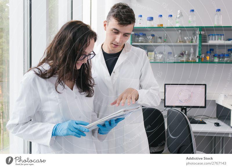 Menschen, die im Labor mit Papieren arbeiten. Arbeit & Erwerbstätigkeit Wissenschaften Frau Mann Mitarbeiter Büroarbeit Dokumente forschen Wissenschaftler