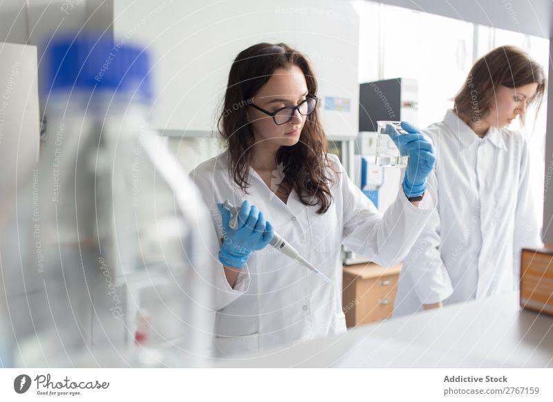 Frau hält Flasche im Labor. Arbeit & Erwerbstätigkeit Wissenschaften Erlenmeyerkolben Glas forschen Wissenschaftler Medikament Chemie Technik & Technologie