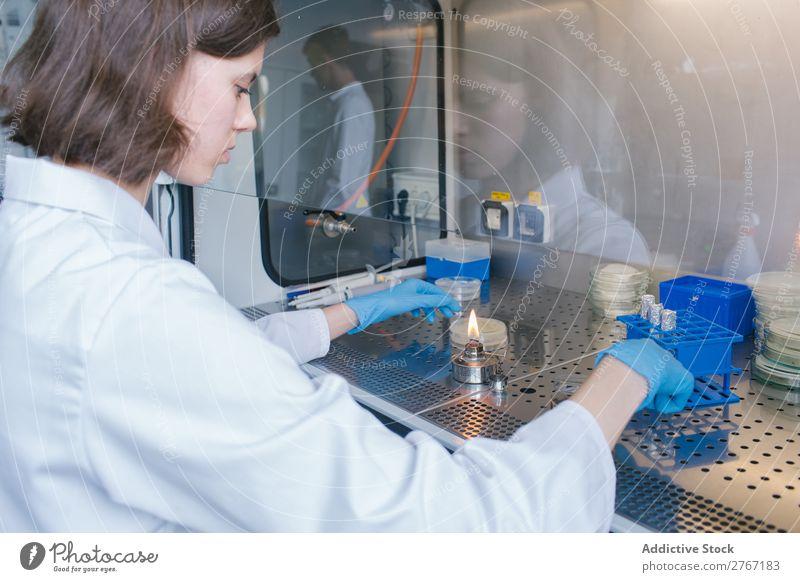 Frau mit Brenner im Labor Arbeit & Erwerbstätigkeit Wissenschaften Gasbrenner Fackel Mensch forschen Wissenschaftler Medikament Chemie Technik & Technologie