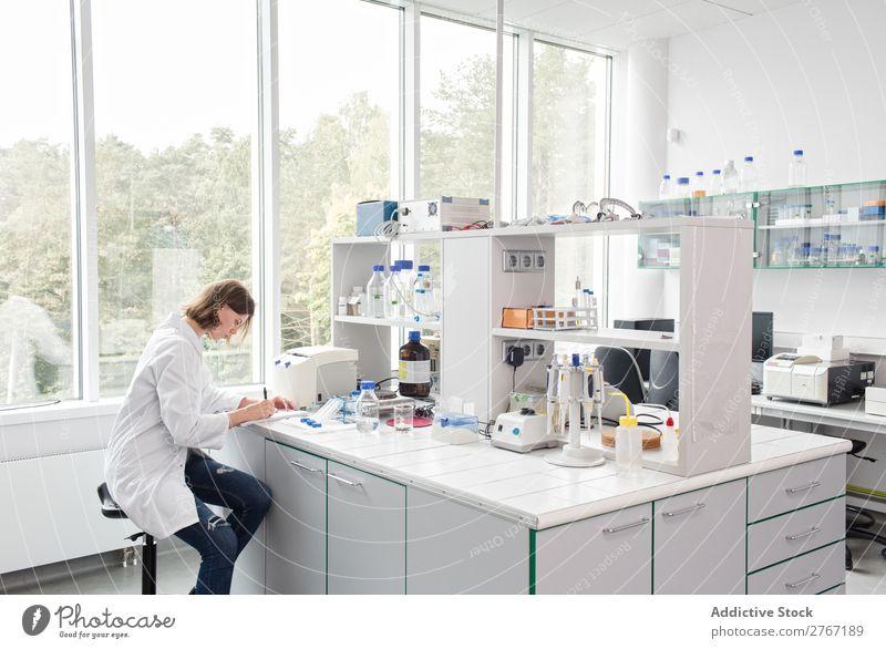 Frau schreibt im Labor Arbeit & Erwerbstätigkeit Wissenschaften sitzen schreibend Mensch forschen Wissenschaftler Medikament Chemie Technik & Technologie