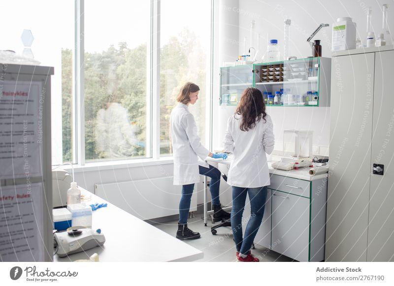 Frauen, die im Labor arbeiten Arbeit & Erwerbstätigkeit Wissenschaften Mensch forschen Wissenschaftler Medikament Chemie Technik & Technologie Chemiker Arzt