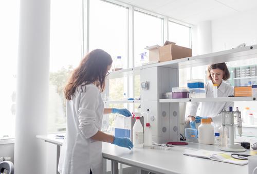 Frauen, die im Labor stehen und arbeiten Arbeit & Erwerbstätigkeit Wissenschaften forschen Wissenschaftler Medikament Chemie Technik & Technologie Chemiker Arzt