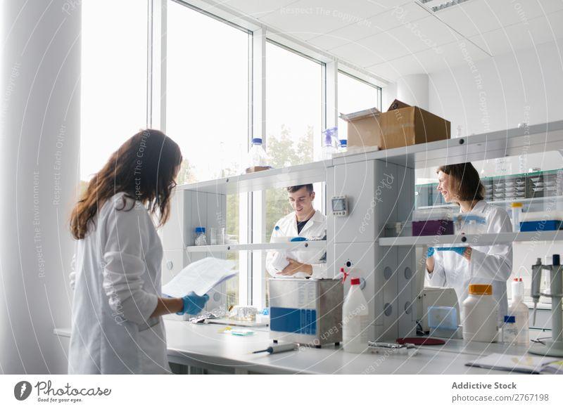Menschen arbeiten im Labor zusammen Arbeit & Erwerbstätigkeit Wissenschaften Frau Mann Zusammenarbeit forschen Wissenschaftler Medikament Chemie