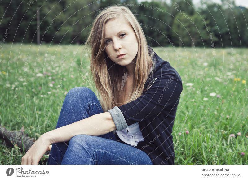 en pleine campagne Mensch Frau Jugendliche blau grün schön schwarz Erwachsene Landschaft Wiese feminin Junge Frau Denken Mode blond 18-30 Jahre
